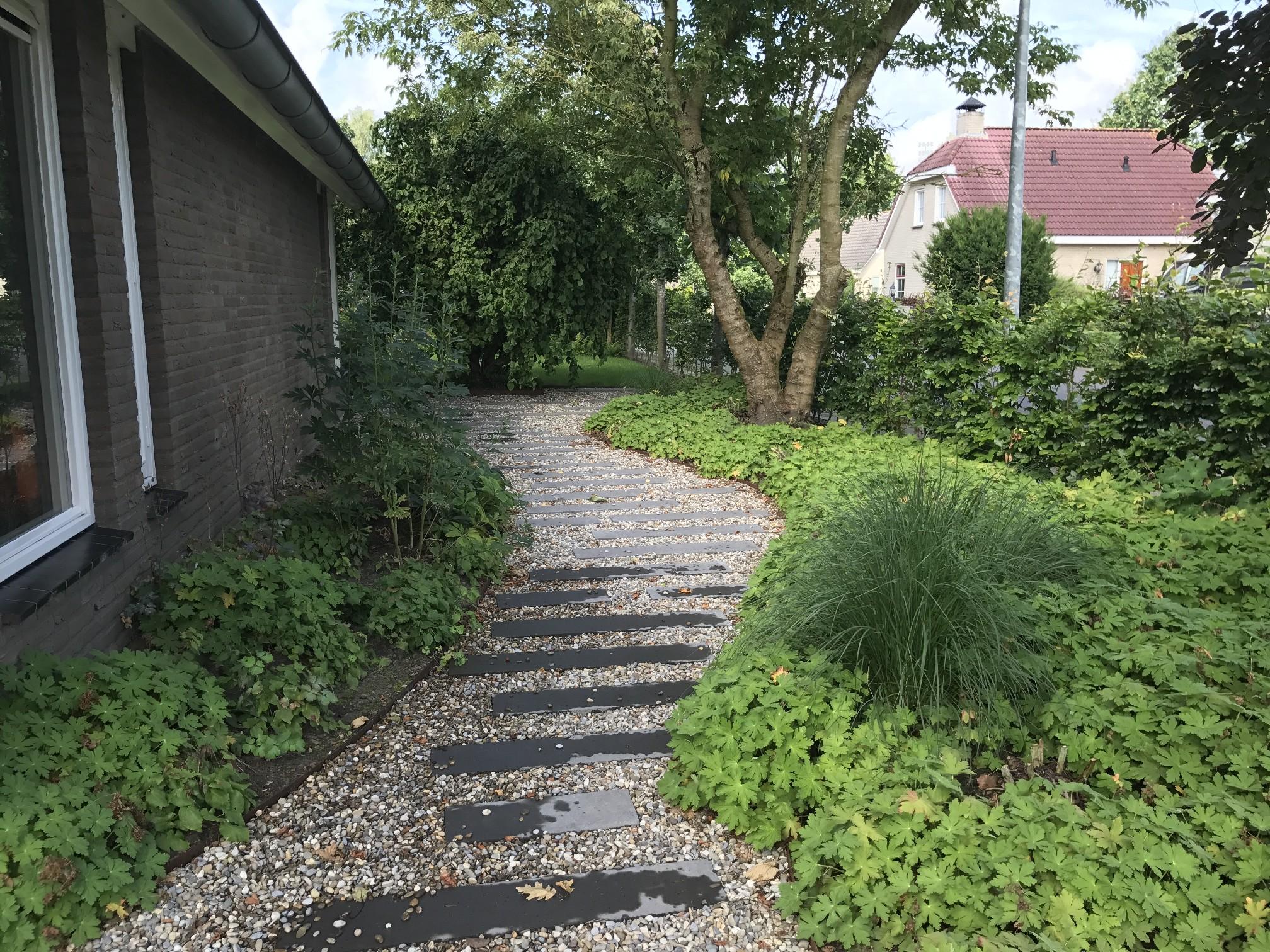 Moderne tuinen met grind tuin met split with moderne for Grind tuin